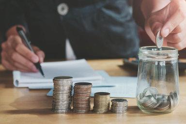 Nízké úrokové sazby komplikují život drobným střadatelům. Kdo chce své našetřené peníze zhodnotit, musí investovat a více riskovat, říká ředitel Erste Bank Andreas Treichl.