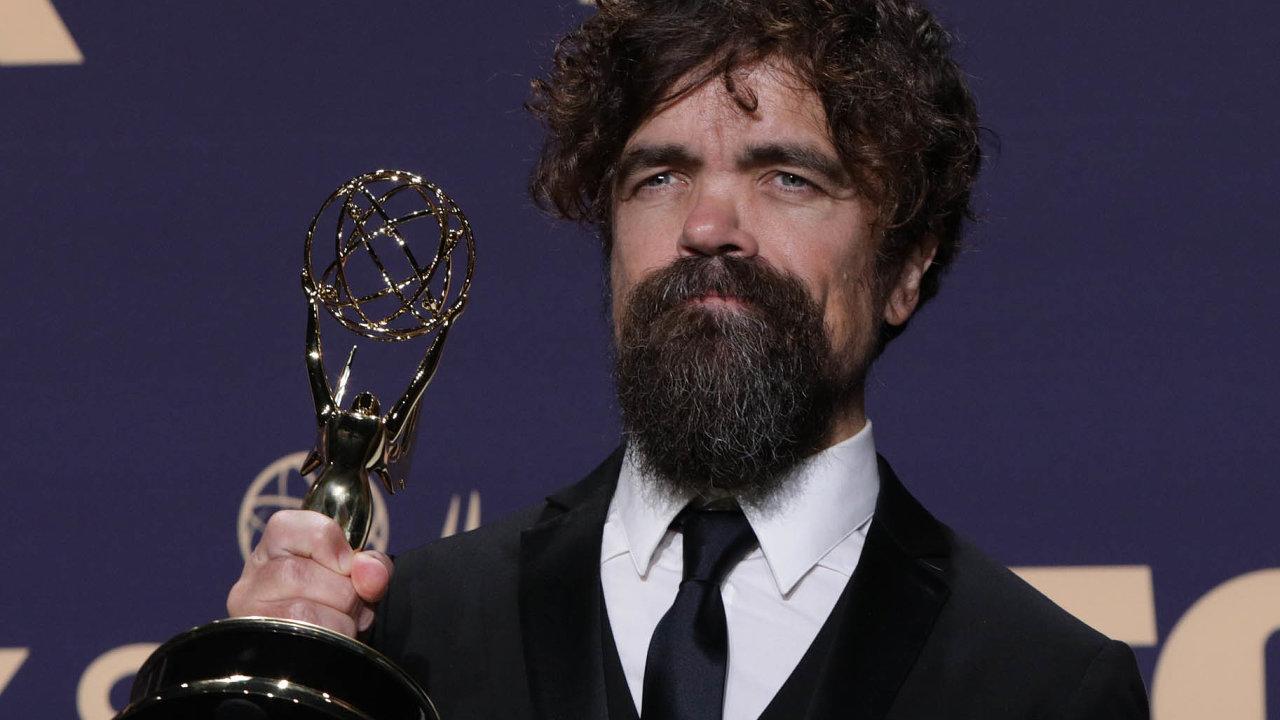 Nejlepším hercem vevedlejší roli se vkategorii dramatického seriálu stal Peter Dinklage, divákům známý jako Tyrion Lannister, vzdělaný avypočítavý královský pobočník skřetího vzrůstu.