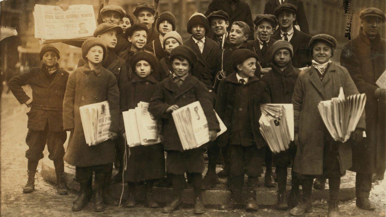 Skupinka malých prodavačů novin v Bostonu, rok 1917.