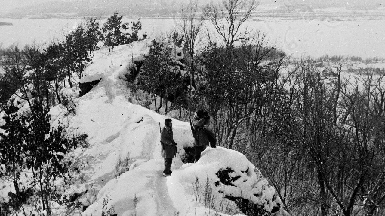 Spory o hranice. Hned dvakrát se Číňané vbřeznu 1969 pokusili obsadit ostrov Damanskij na řece Ussuri, okterém tvrdili, že jim patří. Zrukou Sovětů se jim ho ale dobýt nepodařilo.