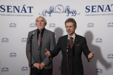 Kandidát napost předsedy Senátu zaODS Miloš Vystrčil (vpravo) má podporu většiny stran. Kandidátovi STAN aTOP 09 Jiřímu Růžičkovi (vlevo) kandidaturu rozmlouvalo ivedení STAN.