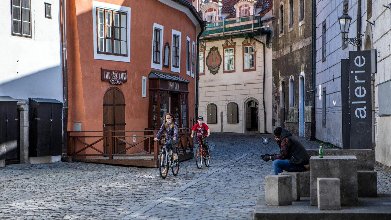 Jedním zturistických center je Český Krumlov, který teď zeje prázdnotou. Vlétě by se sem mohli turisté vrátit, především však ti zČeska. Stát toho chce dosáhnout podporou domácí turistiky.