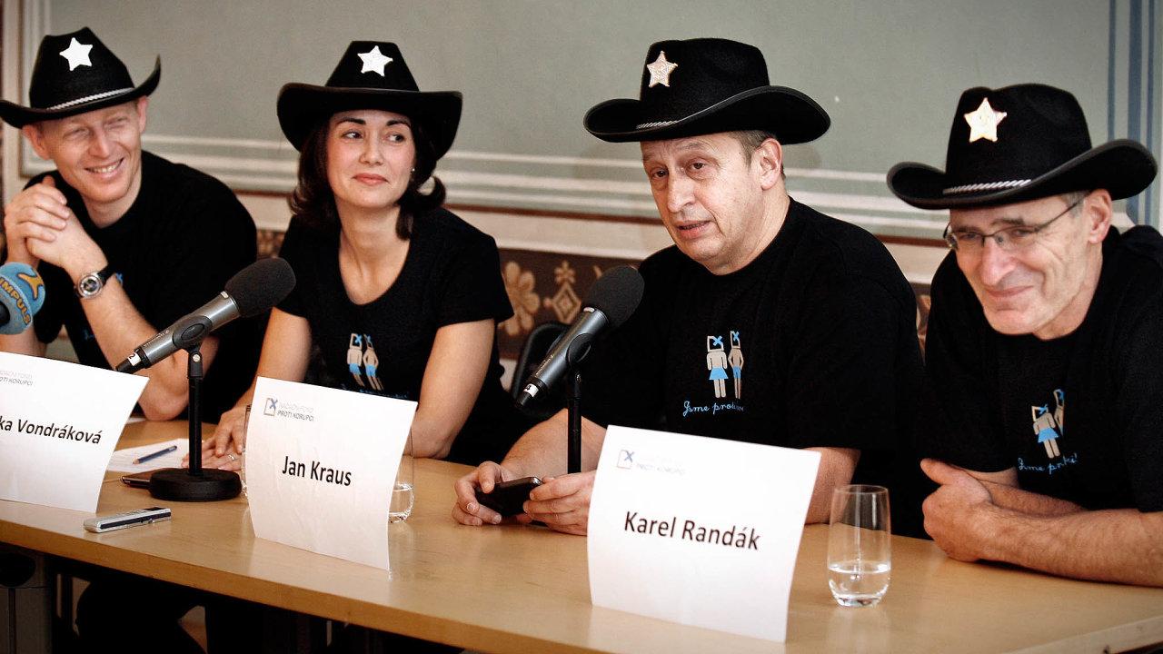 Zakladatelé fondu vroce 2011: miliardář Karel Janeček (vlevo), bývalá ředitelka fondu Monika Vondráková, herec Jan Kraus ačlen správní rady Karel Randák.