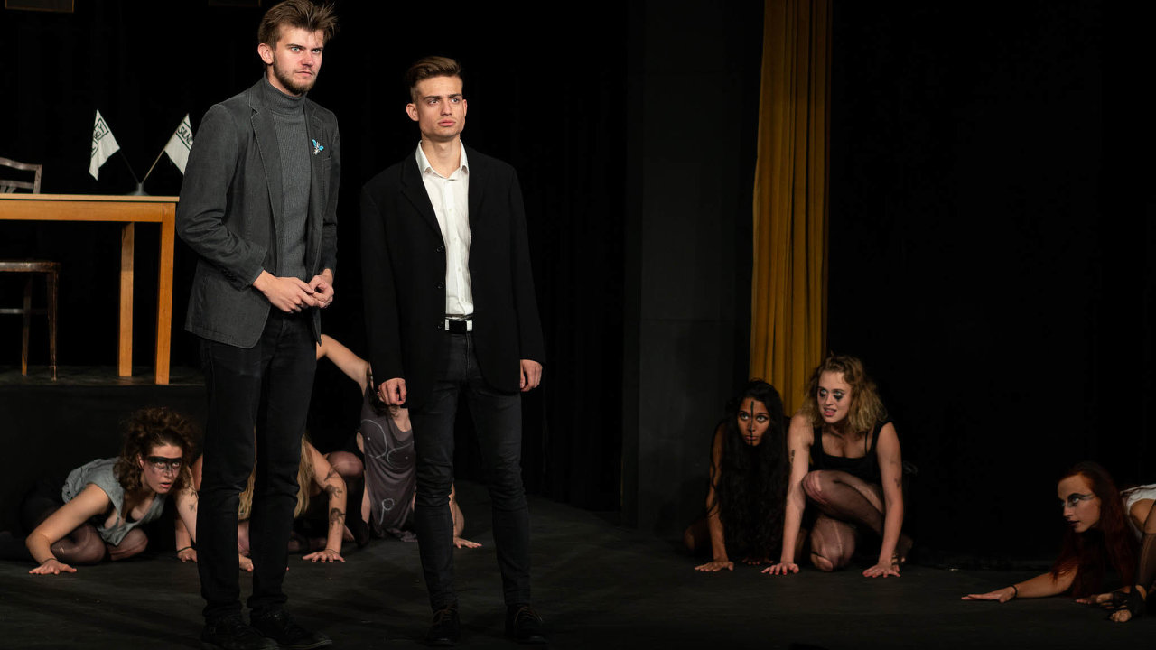 Pozor, brzy vás sežerou. Temnota napostupu: melancholičtí muži filozofují arozlícené ženy se chystají kútoku– studenti DAMU vpředstavení Bakchantky.