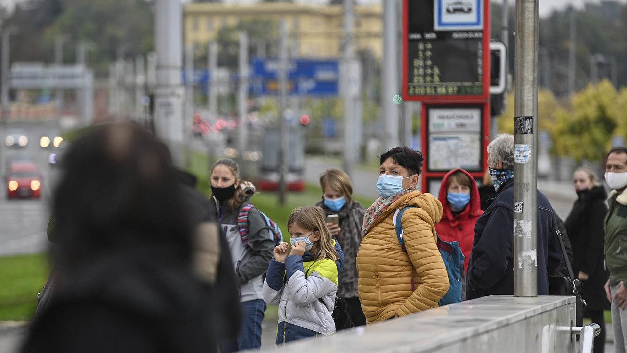 Povinnost nosit roušky se nově vztahuje inazastávky veřejné dopravy, nástupiště ačekárny.