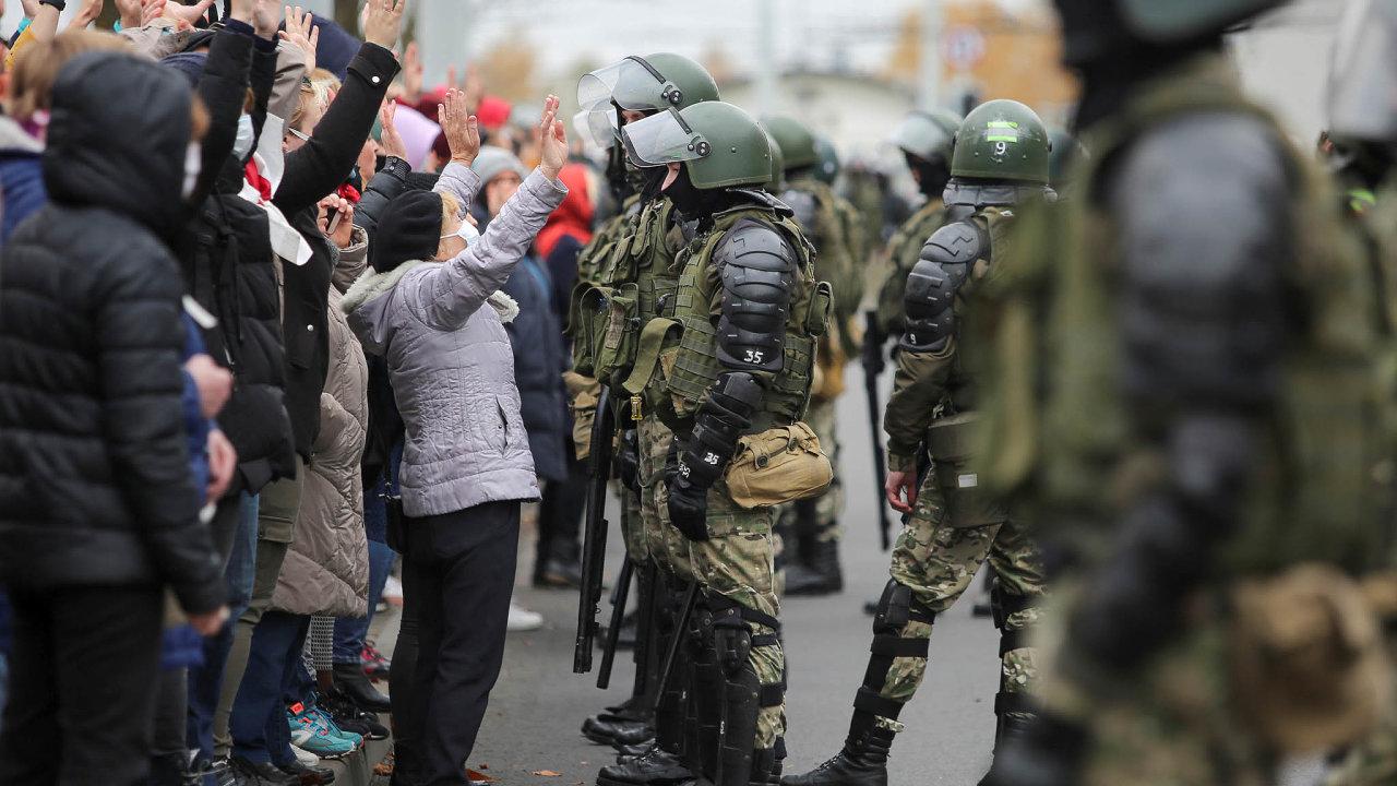 Obvykle liduprázdný les naokraji Minsku byl vneděli vpředvečer Dušiček obklíčen policejními těžkooděnci.