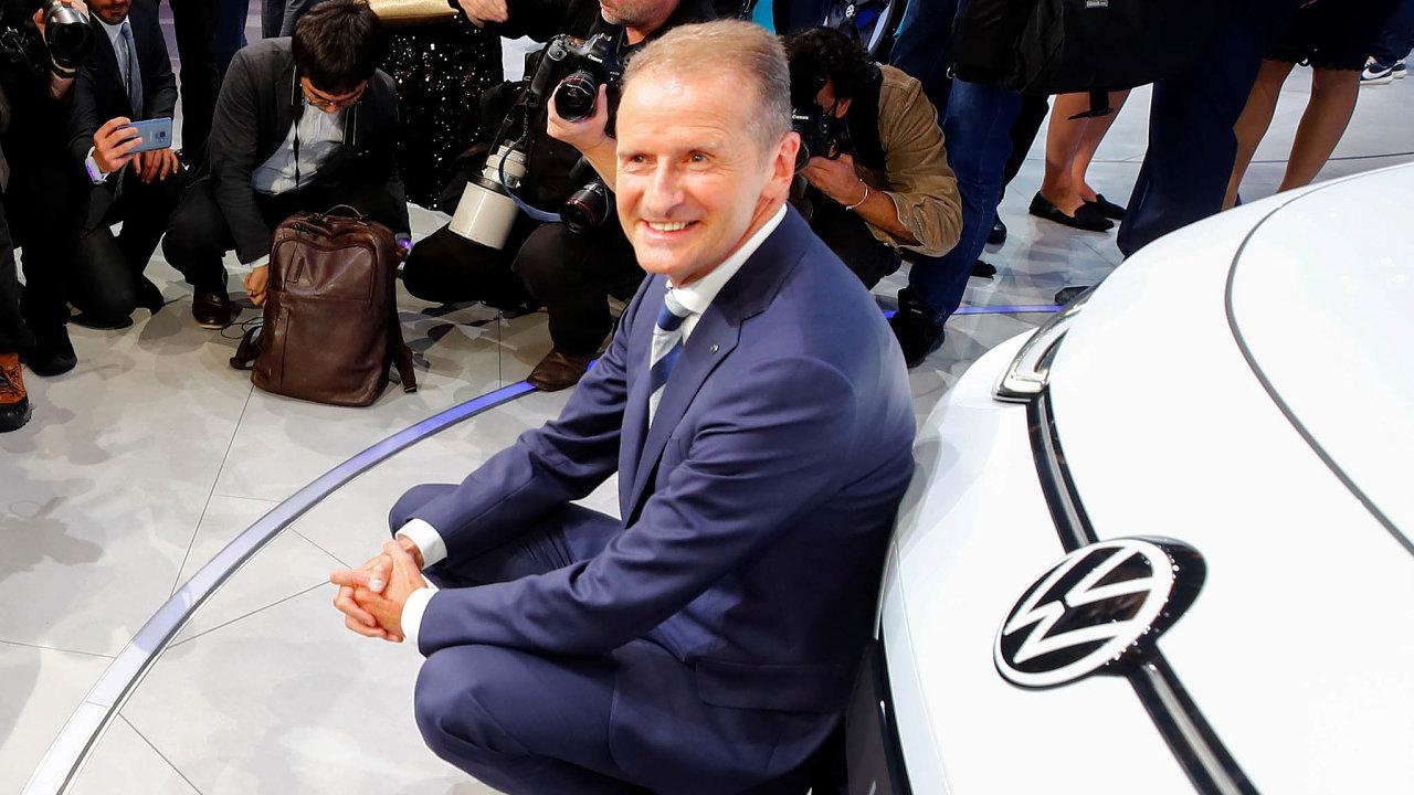 Herbert Diess skládá účty dozorčí radě Volkswagenu. Jeho éra je spojena israzantním vstupem doelektromobility. Nasnímku zloňského září představuje elektromobil ID.3.