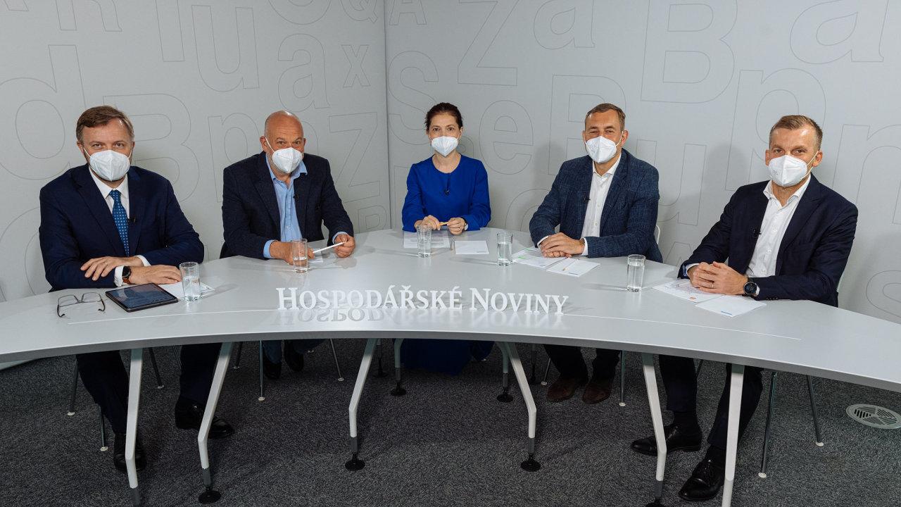 O čisté energii diskutovali (zleva) Jan Juchelka z Komerční banky, Josef Kotrba z Deloitte, Jana Klímová z Hospodářských novin, Martin Jahn ze Škody Auto a Pavel Cyrani z ČEZ
