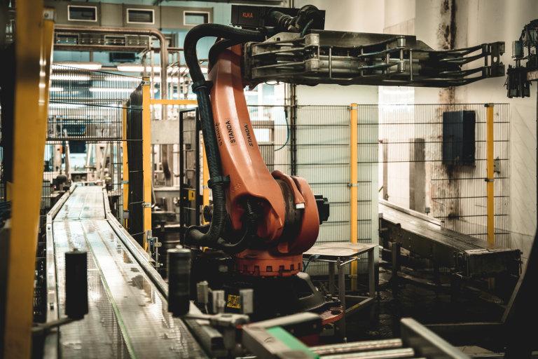 Standa aPepa Roboti Standa aPepa pomáhají vpivovaru Bernard spaletizací adepaletizací sudů. Standa pracuje sprázdnými sudy, Pepa splnými.