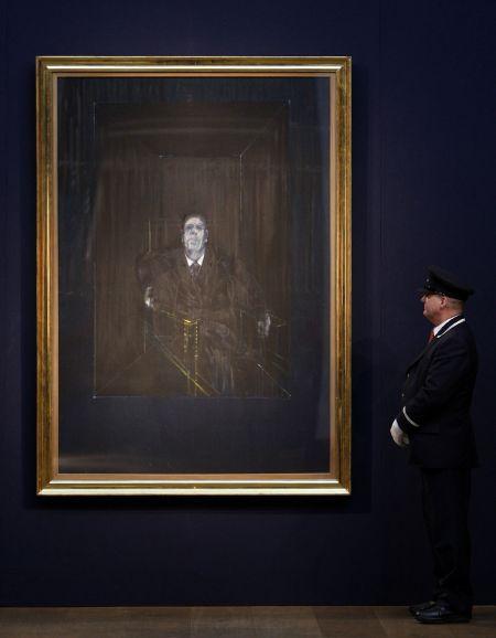 Hlídač sleduje obraz Study for a Portrait od Francise Bacona, který byl v úterý prodán v Londýně