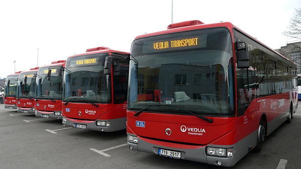 Modern� autobusy v barv�ch Veolia Transport.