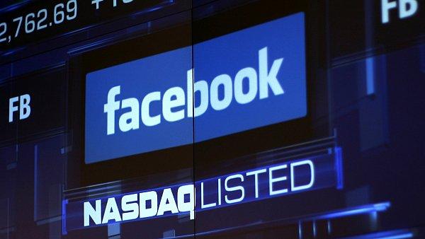 Monitory burzy v New Yorku ukazuj� logo firmy Facebooku