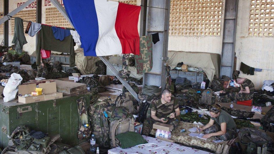 Francouzští vojáci v hangáru v Bamaku