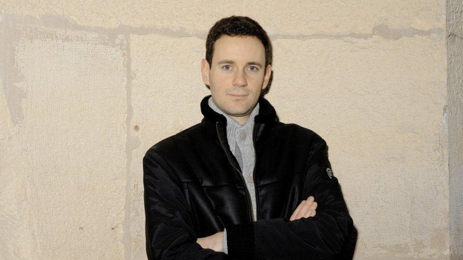 Dvaatřicetiletý romanopisec Alexander Postel učí literaturu.