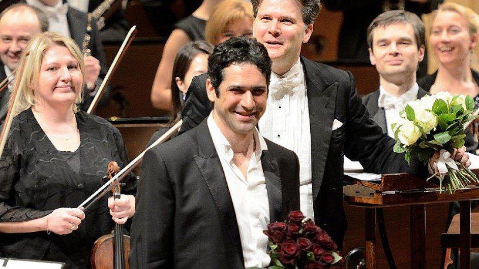 D'Arcangelo v Praze rozhazoval rudé růže divačkám i hráčkám v orchestru.