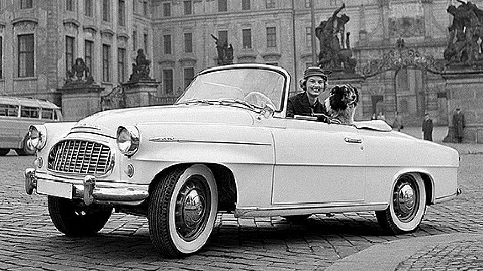 Miss USA Charlotte Sheffield v roce 1957 nafotila v Praze serii fotografií se škodou 450 (později Felicia)