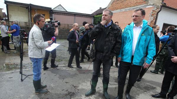 Z�lezlice, 4. �ervna 2013. Obci nav�t�vili i ministr zem�d�lstv� Petr Bendl a premi�r Petr Ne�as.