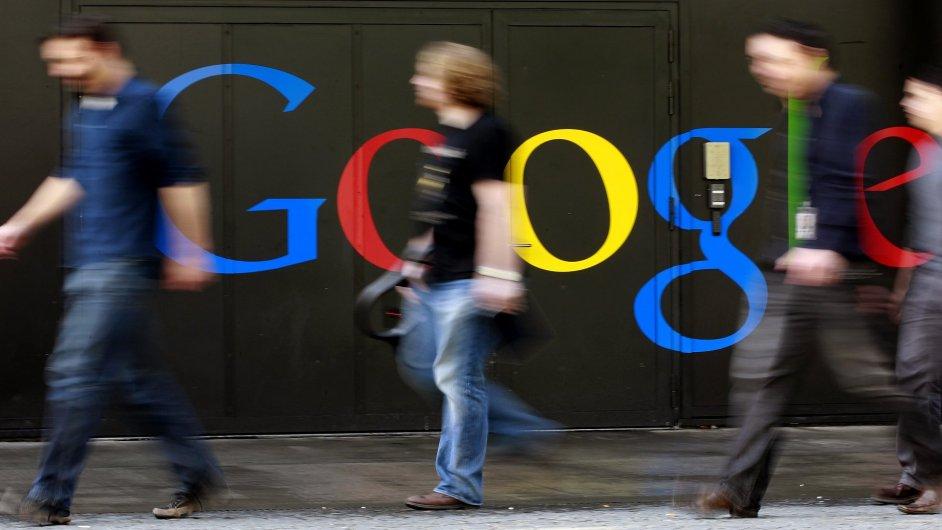 Lidé prochází okolo budovy Googlu ve švýcarském Curychu.