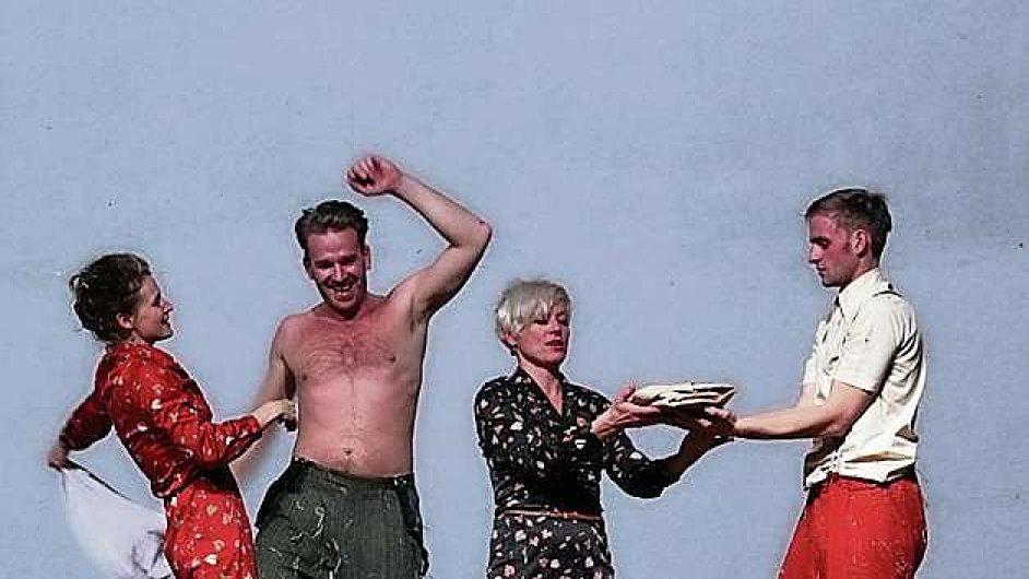 Stanislav Majer (uprostřed) v roli Fučíka se velmi šikovně pohybuje na hraně vážnosti a ironie