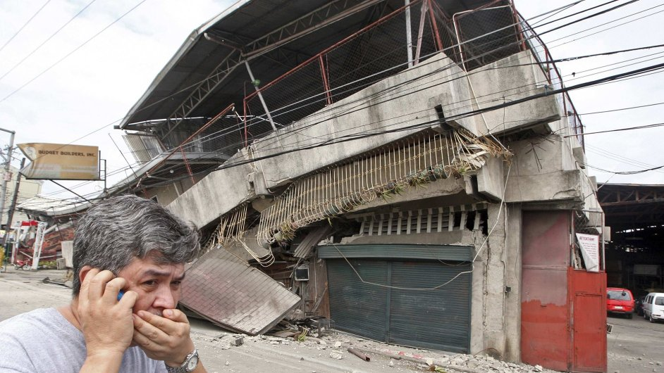 Trosky budovy ve městě Cebu