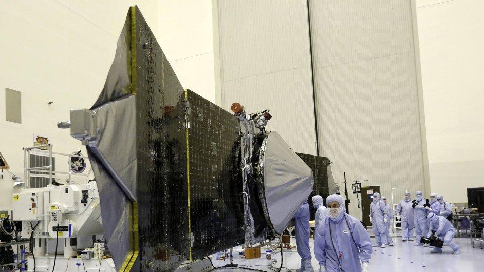 Technici u vesmírné sondy, kterou NASA vyšle na Mars