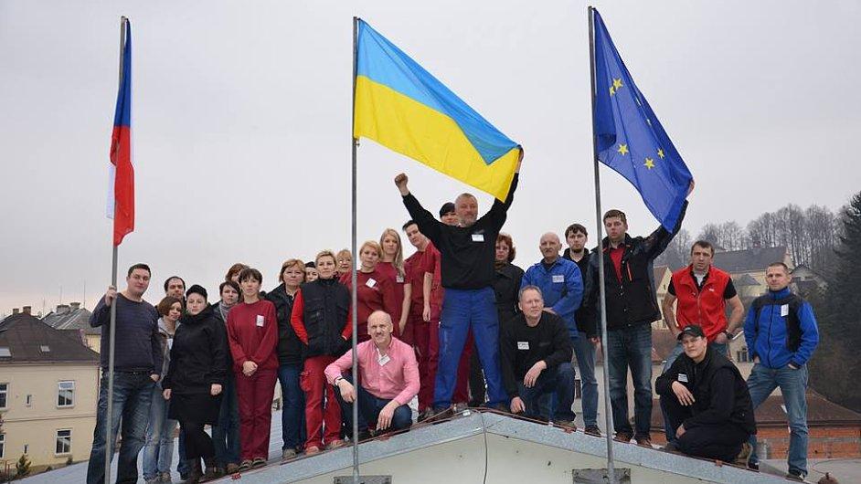 Ukrajinská vlajka na budově firmy Isolit-Bravo.