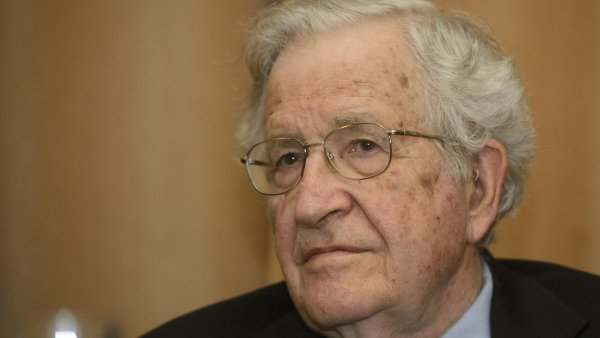 Noam Chomsky při pondělní přednášce v Akademii věd ČR.