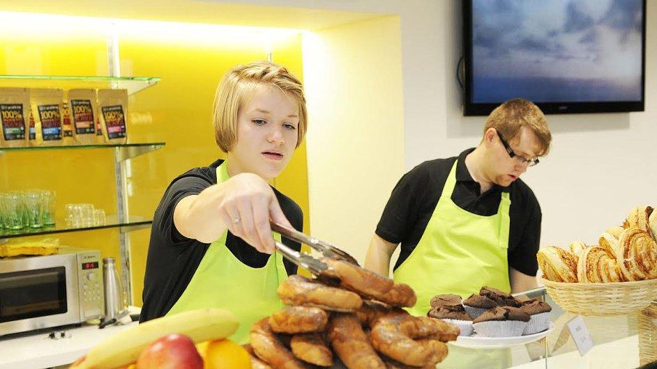 Zaměstnanci při práci v kavárně