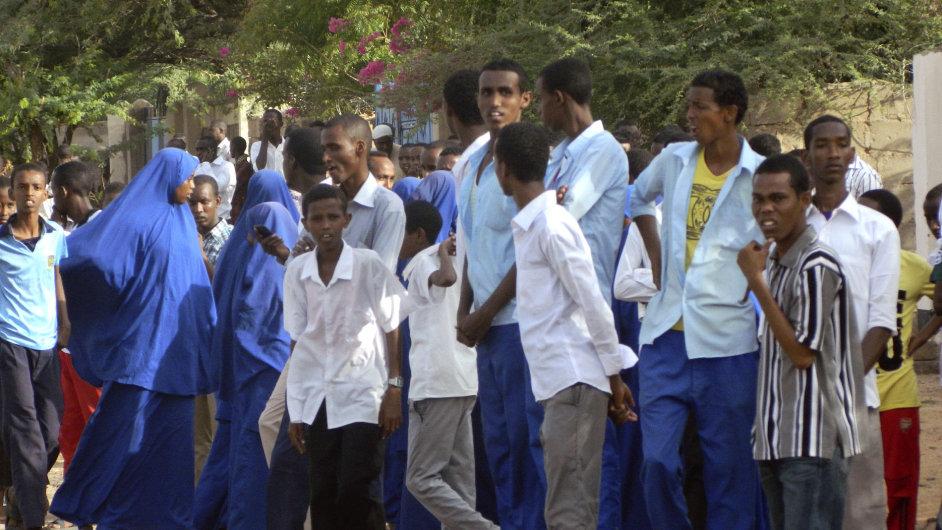 Studenti po útoku na univerzitu v Keni.