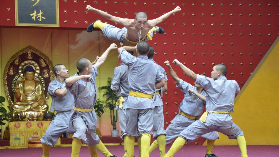 Bojová show: Žáci školy kung-fu v Číně cvičí před sochou Buddhy.