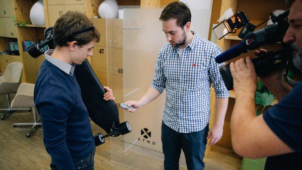 Daniel Kokotek (vlevo) a Miroslav Peřina s elektrickým skateboardem vlastní výroby.