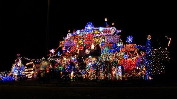 Vánoční výzdoba amerických domů by dokázala rozběhnout třeba 14 milionů ledniček. Nebo pokrýt celoroční spotřebu energie chudých zemí - Ilustrační foto.