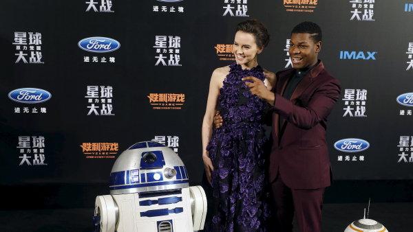 Na snímku z čínské premiéry hrdinové nových Star Wars Daisy Ridleyová a John Boyega.