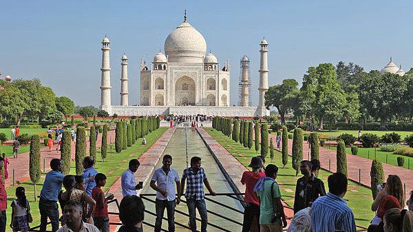 Indick� T�d� Mahal byl vybr�n mezi sedm novodob�ch div� sv�ta. Slavnou hrobku nechal pro svou milovanou �enu postavit mughalsk� c�sa� v polovin� 17. stolet�.