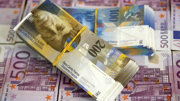 Spor kv�li konci intervenc�. Ukon�en� oslabov�n� �v�carsk�ho franku v��i euru loni zp�sobilo na�n�kolik hodin chaos na�trhu a n�kter�m�investor�m velk� ztr�ty.