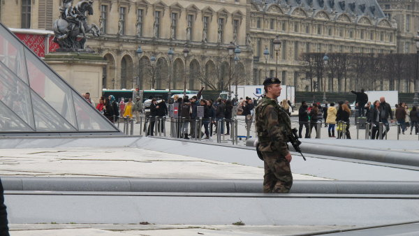 V ulicích Paříže hlídkují policisté.