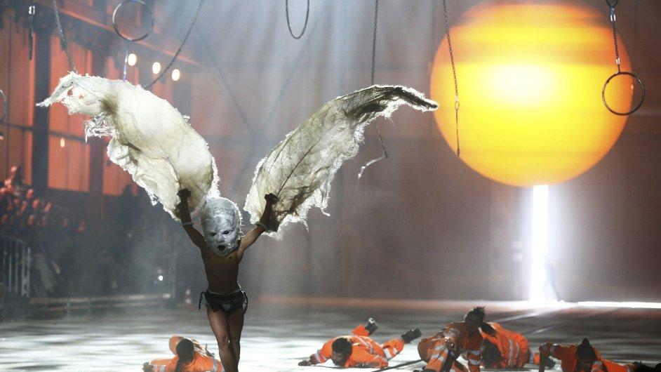 Vrcholem vystoupení se stal akrobat převlečený za ptáka.