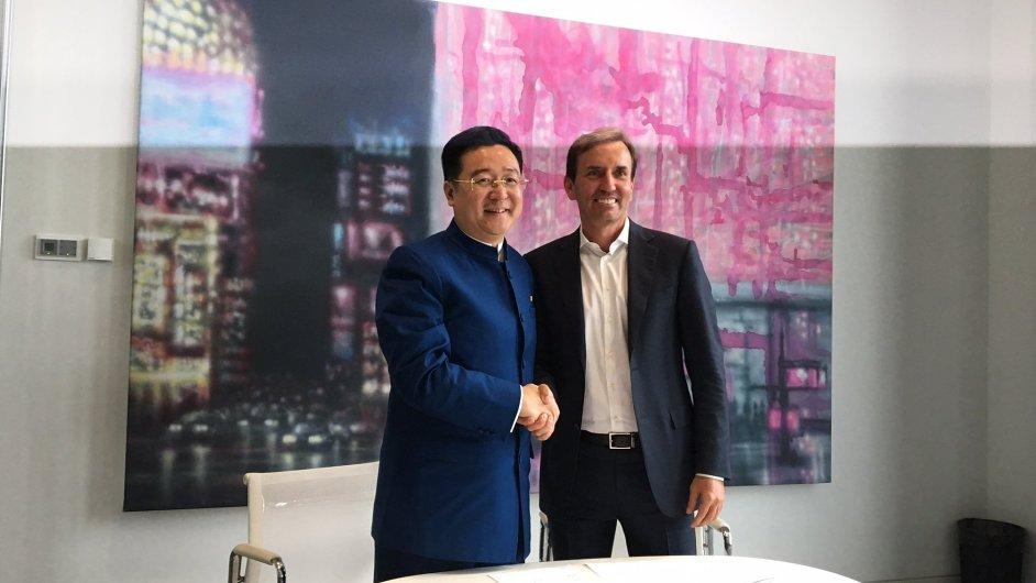 Soluzakladatel Penty Marek Dospiva  a prezident společnosti CEFC Chan Chauto právě podepsali smlouvu o prodeji Florentina.