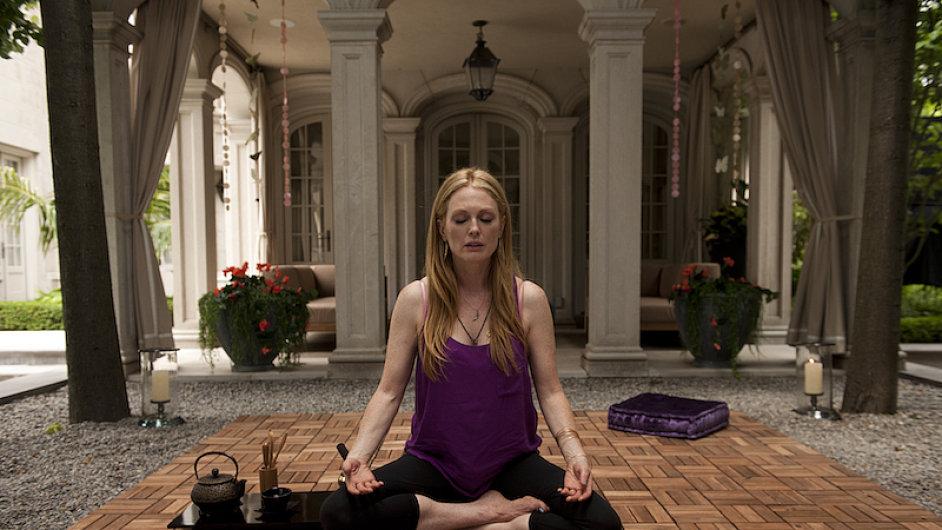 Na snímku z filmu Mapy ke hvězdám, jejž natočil Peter Suschitzky, je herečka Julianne Mooreová.