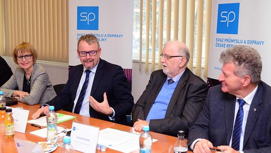 Jednání u kulatého stolu se vedle ministra dopravy zúčastnili i zástupci svazu průmyslu a autodopravců