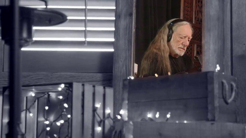 Snímek z nového videoklipu Willieho Nelsona.