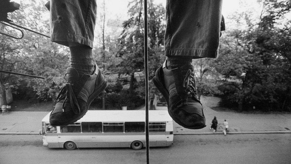 Na snímku z výstavy je fotografie Jiřího Hankeho nazvaná Kladno, Gottwaldovo náměstí, 1989.
