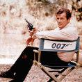 Roger Moore do bondovské ságy naskočil roku 1973 filmem Žít a nechat zemřít. Na snímku je z jejího natáčení v Anglii o rok dříve.