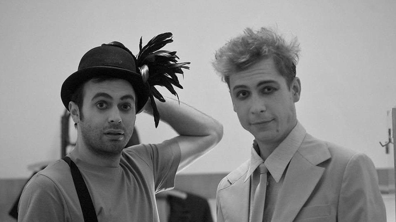Na snímku z příprav inscenace Něco za něco jsou herci Roman Blumaier a Štěpán Kaminský.