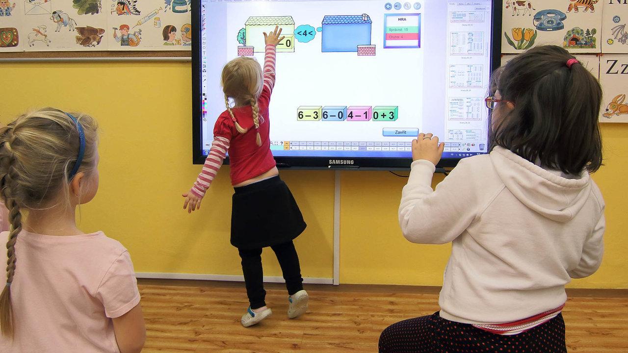 V malotřídkách občas děti pracují samy, zatímco učitel se zrovna věnuje jinému ročníku. Pomáhá mu v tom technika.