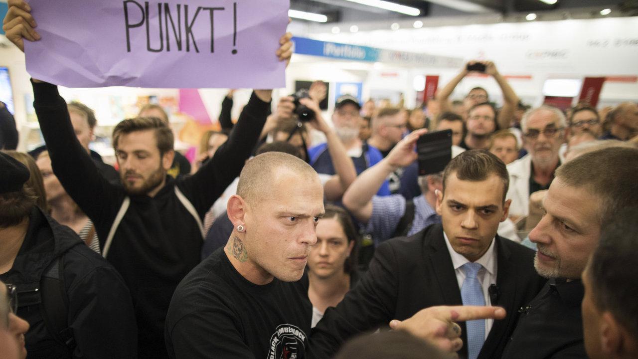 Snímek ze střetu pravicových a levicových aktivistů pochází ze sobotního čtení Björna Höckeho na Frankfurtském knižním veletrhu.