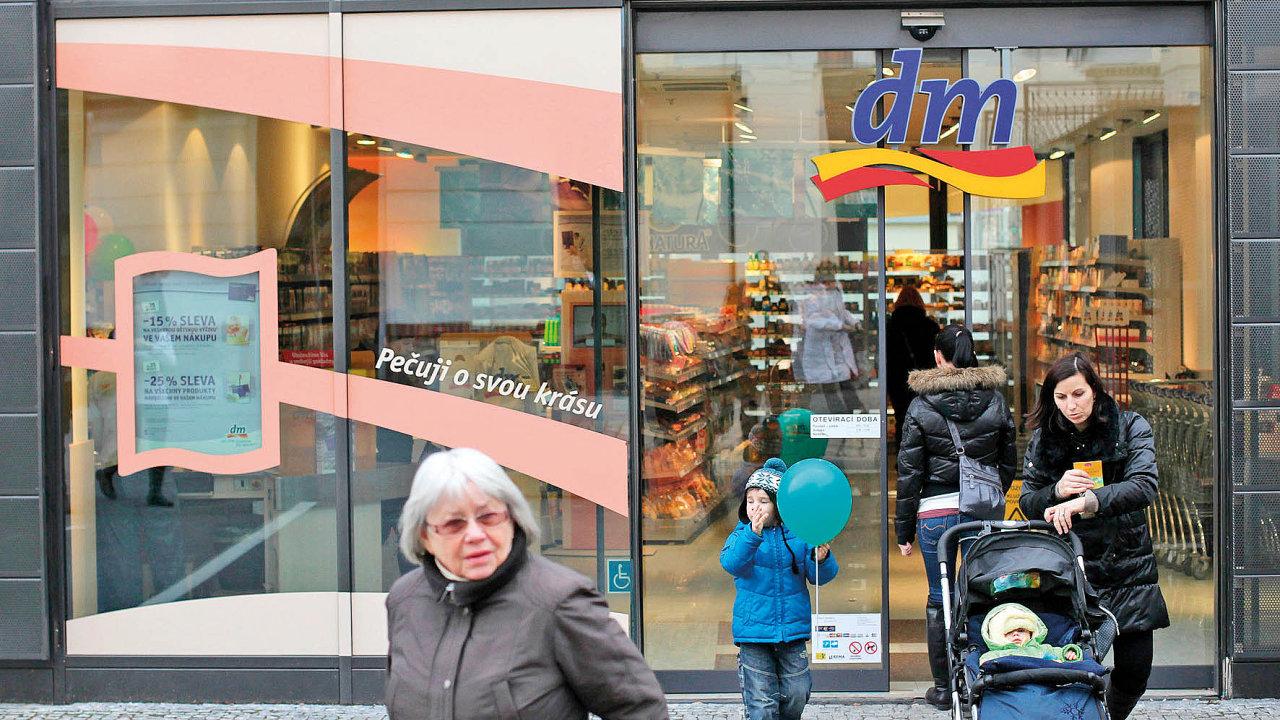 Tři hlavní řetězce, které se na českém trhu zaměřují na prodej drogerie a kosmetiky, připravují spuštění internetového obchodu. dm jej zprovozní už v první polovině příštího roku.
