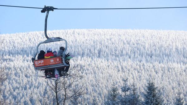 Navzdory rostoucímu suchu počet tuzemských skiareálů příliš neklesá. Střediska lákají lyžaře například na delší sjezdovky nebo letní nabídku