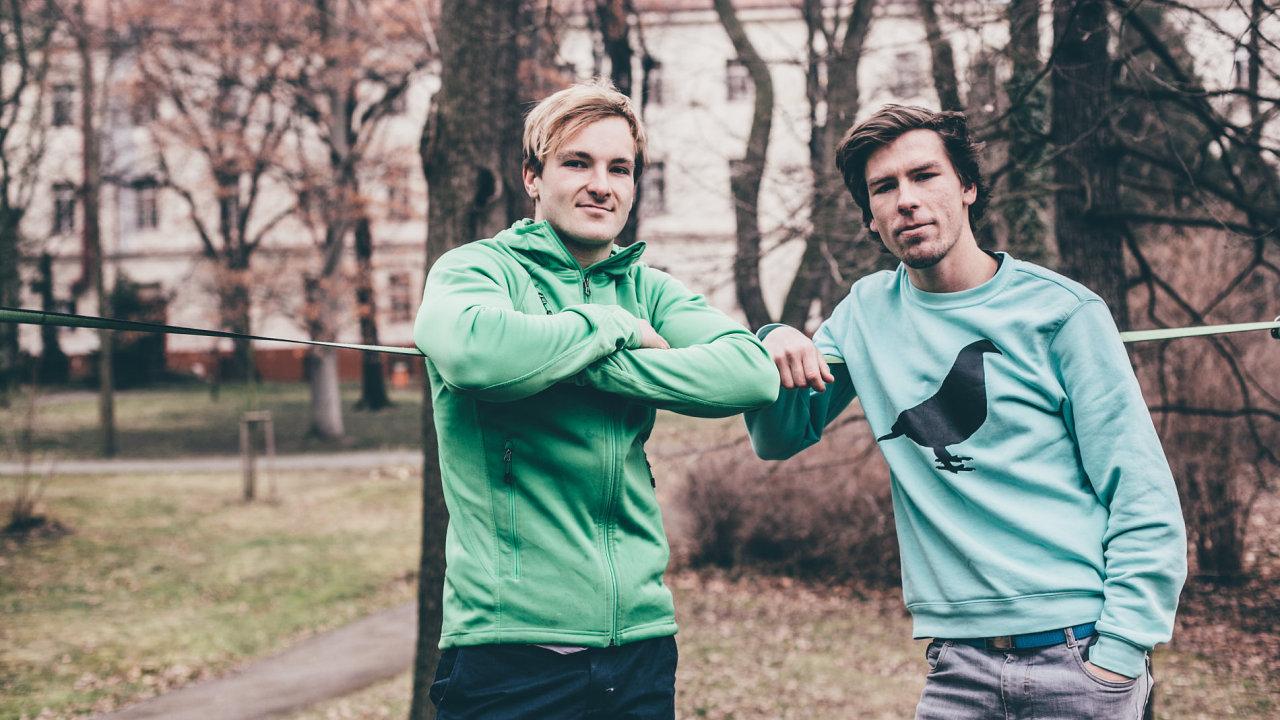 Lukáš Černý (vlevo) a Michal Pírek patří mezi nejlepší české slacklinery. Se svou Slackshow nyní objíždí celý svět.