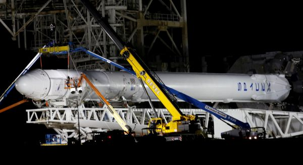 Raketa Falcon 9 před startem do vesmíru.